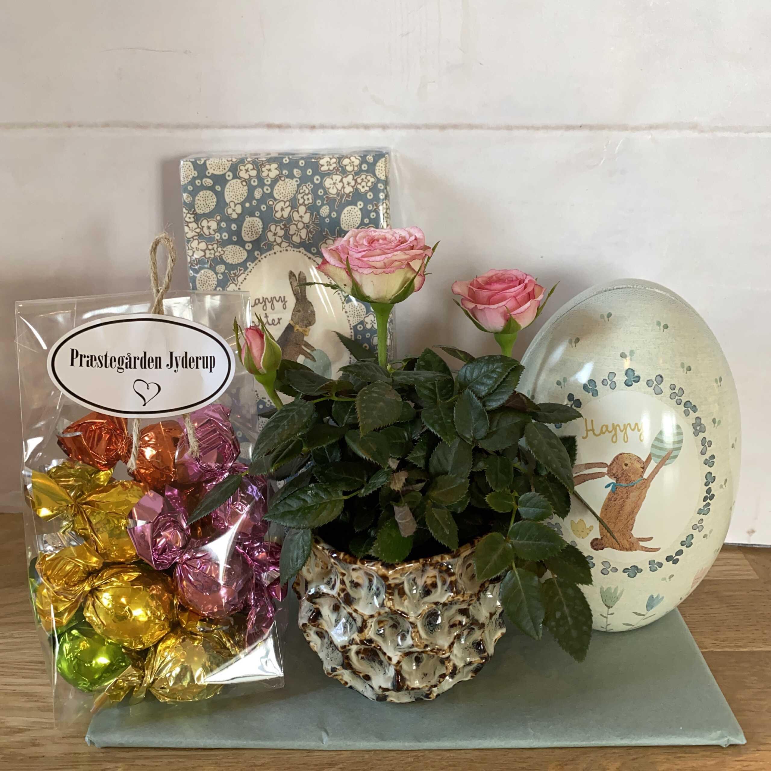 Påske~Sæt med Metal~æg fra Maileg, lille blomst i potte,  chokoladebomber og fine påskeservietter fra Maileg ~ 185 kr.
